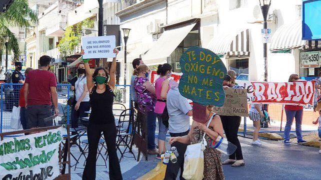 Vecinos de bulevar Racedo protestaron a metros del Teatro donde el intendente Adán Bahl abría las sesiones ordinarias del Concejo Deliberante de Paraná