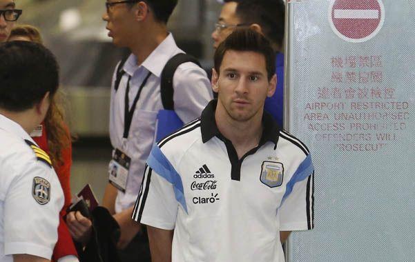 Recién llegado. Messi arriba al aeropuerto de Hong Kong.