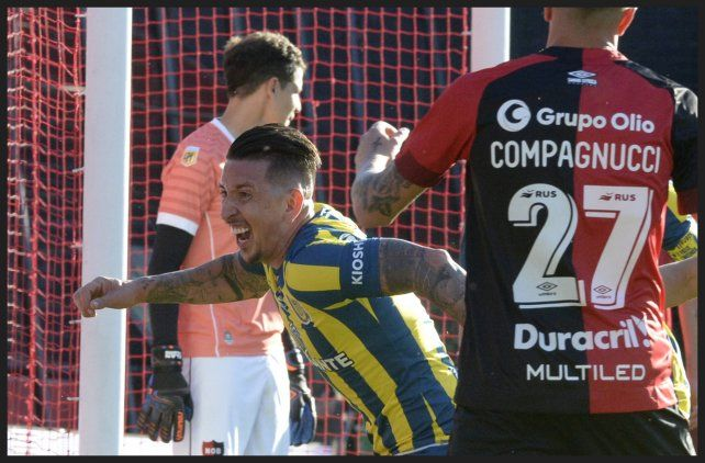 Martínez clavó un golazo de cabeza tras el centro de Vecchio y sale a festejar.