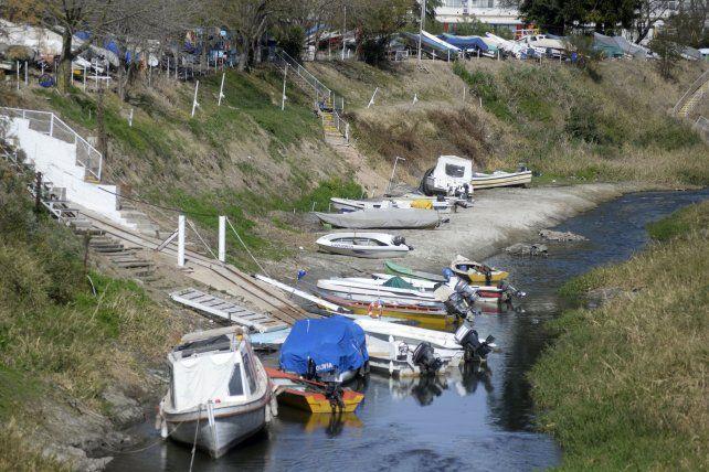En el arroyo Ludueña quedó prácticamente expuesto el lecho.