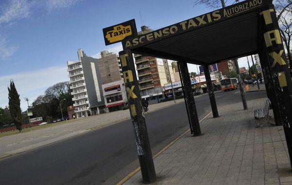 Desiertas. Así lucieron desde el mediodía de ayer las paradas de taxis de la ciudad. La medida de fuerza tuvo un alto acatamiento.