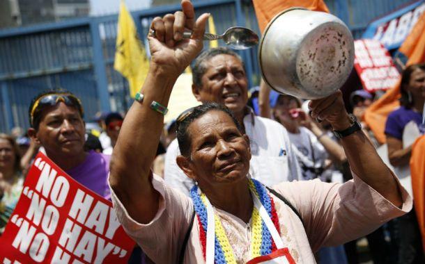 """""""No hay"""". Una mujer participa de la marcha en Caracas con su cacerola."""