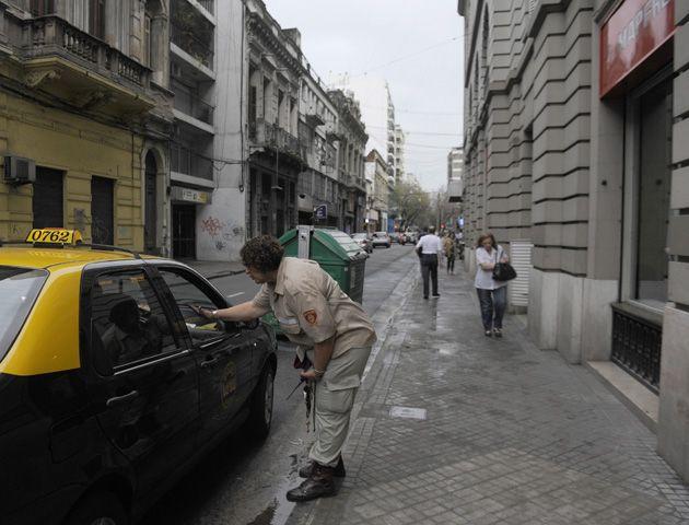 Inspectores controlan que se cumpla la ordenanza en uno de los sectores donde está prohibido estacionar. (Foto: Virginia Benedetto)