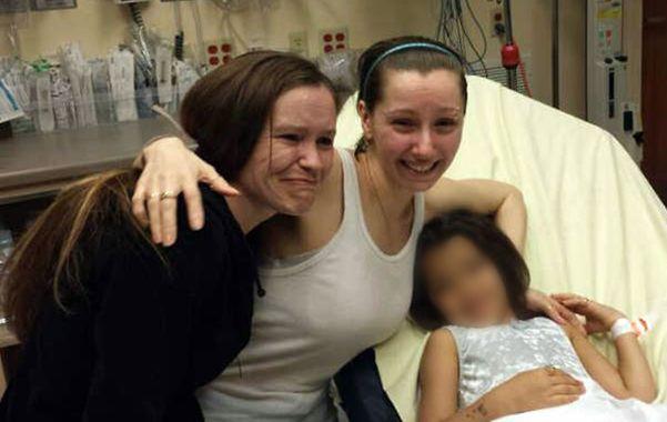 Emoción. Amanda Berry (centro) se reencontró con su hermana (izquierda) apenas logró recuperar la libertad.