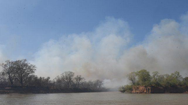 Aún hay focos de fuego activos frente a San Nicolás.