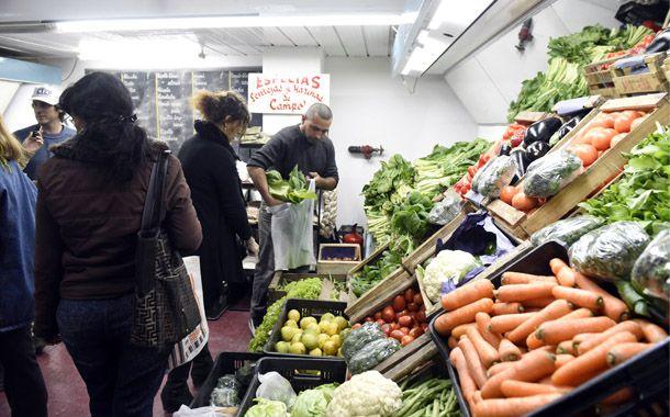 Mejor precio. Muchos rosarinos se llegaron al mercado a hacer sus compras. (Foto: S. Suárez Meccia)