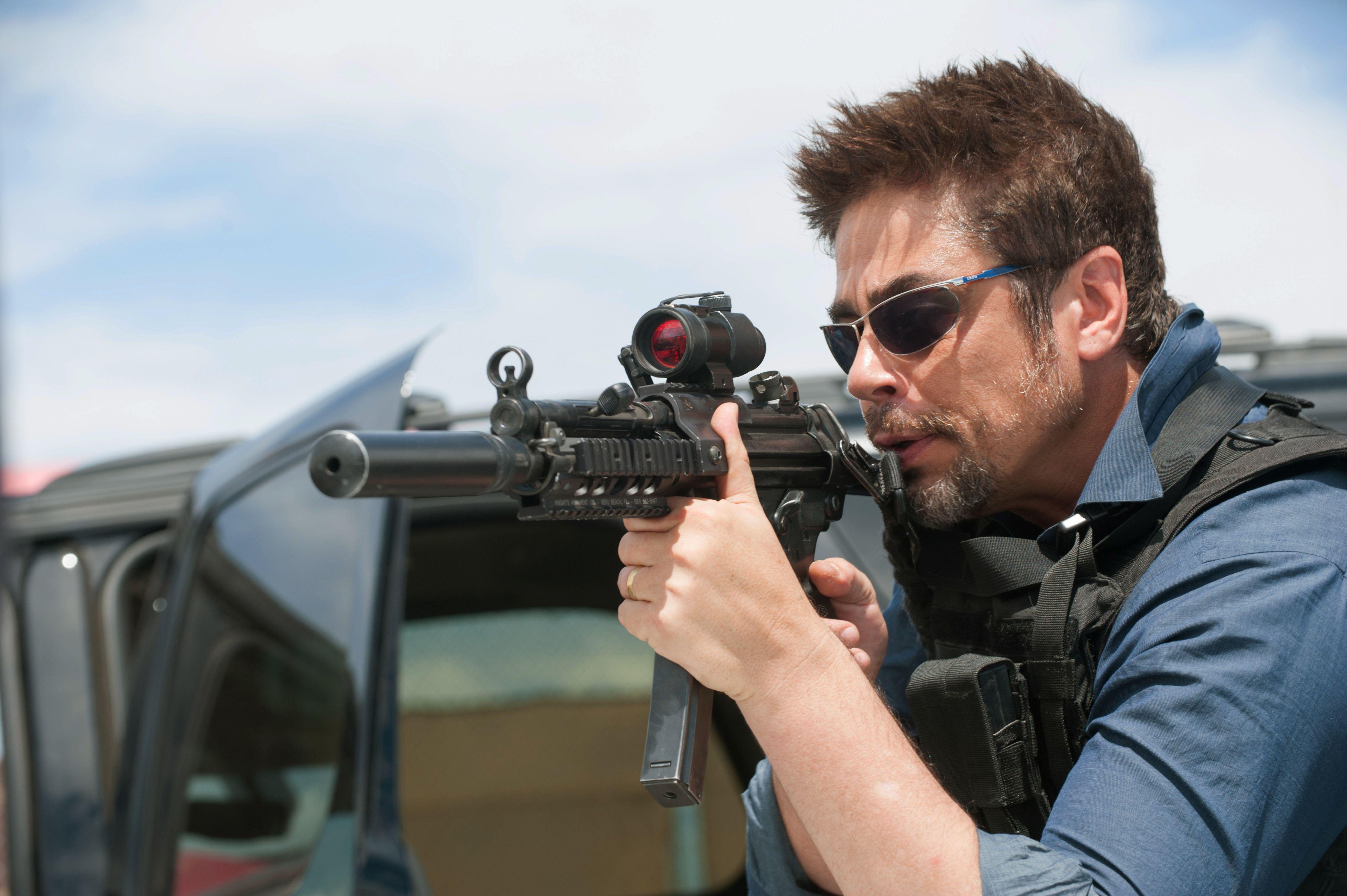Implacable. Benicio del Toro personifica a un mercenario que busca venganza en el mundo del narcotráfico.