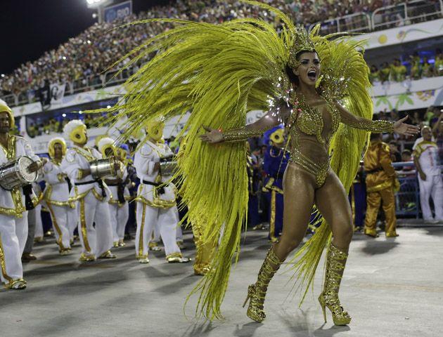 Las mejores escuelas de zamba brasileña desfilan en el zambódromo y dan inicio a las noches mas calientes de Rio.