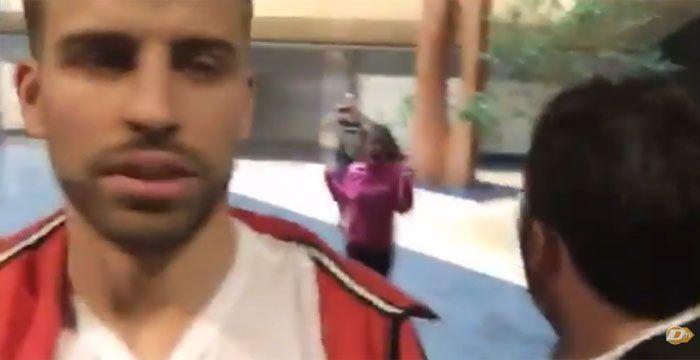 La joven se abalanzó sobre el futbolista del Barça mientras grababa un vídeo en sus oficinas.