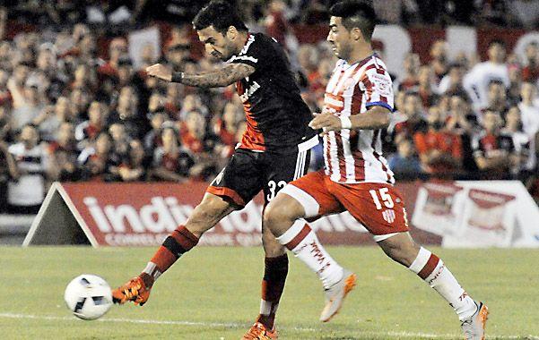 Derechazo letal. Ignacio Scocco marcó el gol del empate tras una buena jugada de Lucas Boyé.