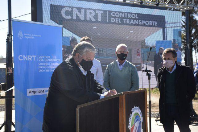 Jefe comunal. González encabezó el acto en el acceso sur de ruta 11.