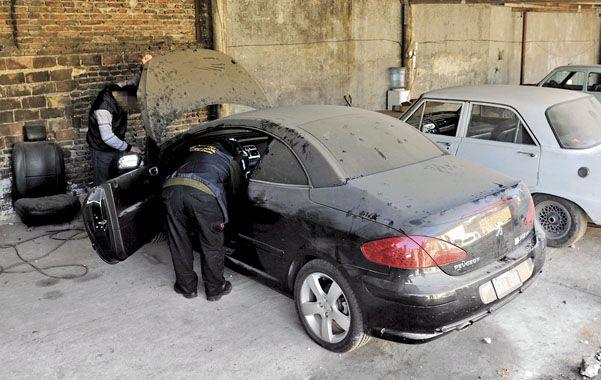 """En zona sur. El Peugeot 307 descapotable que usaba el """"Pájaro"""" Cantero en una cochera de pasaje Blanco al 6100."""