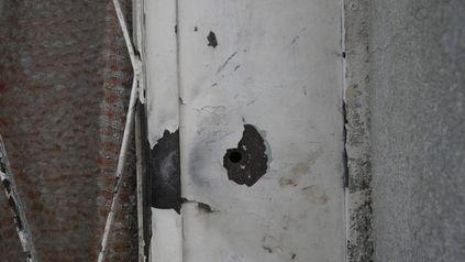 Los balazos perforaron la puerta de chapa de la vivienda de pasaje Bariloche al 3000 baleada el domingo por la noche