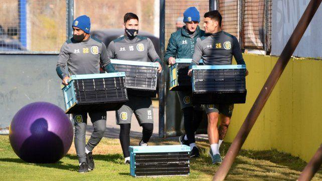 Los jugadores de Central llevan sus pertenencias a los entrenamientos.
