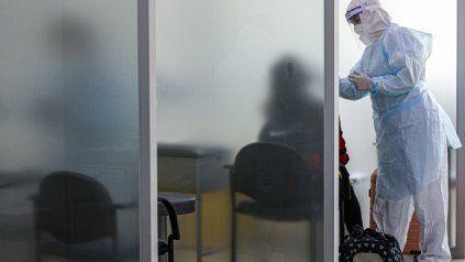 Test de antígenos en los aeropuertos. Aunque el resultado sea negativo, el viajero debe aislarse siete días en su hogar.