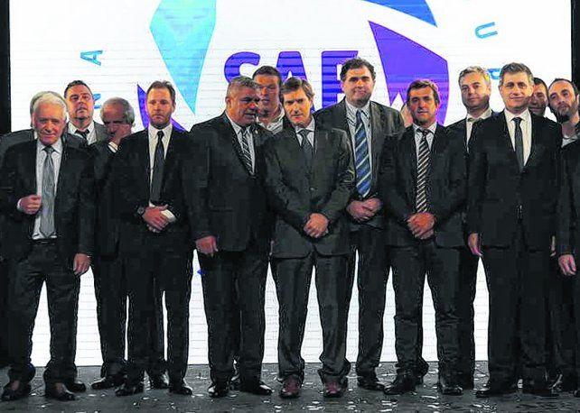 Los que mandan. Tapia y Elizondo (en el centro) en la presentación de la Superliga. Tienen mucho trabajo por delante.