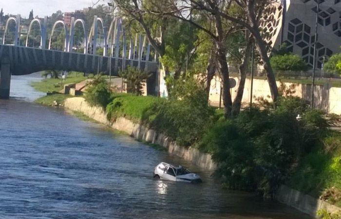 El Fiat Uno que cayó al río.