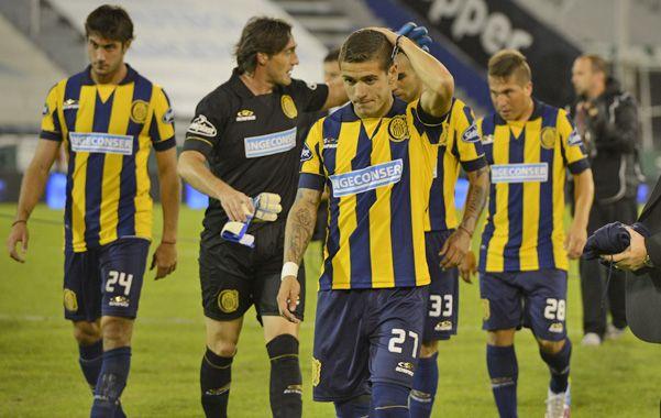 Los jugadores canallas se van tristes tras la dura derrota que le propinó Vélez.