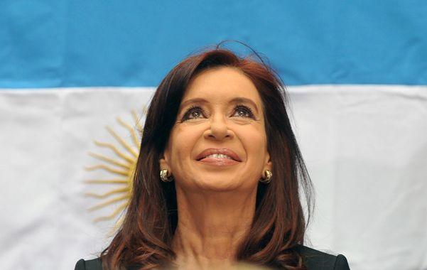 Bandera. Cristina dijo que el próximo presidente recibirá un país mejor.