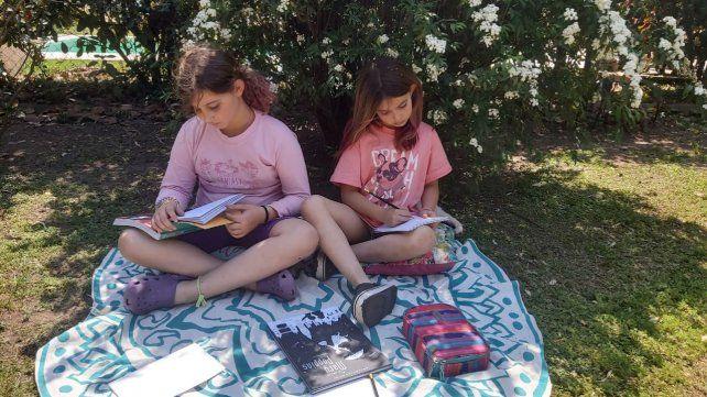 Alfonsina y Antonia acompañaron la propuesta lectora y desde el jardín de su casa empezaron a imaginar poemas.