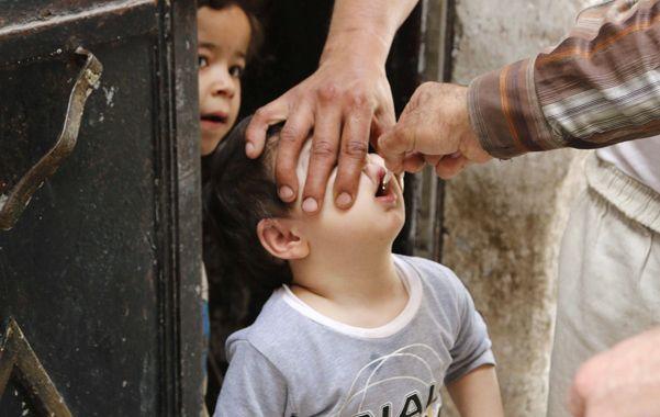 A vacunar a los niños. La polio es una enfermedad incurable y la única medida preventiva es la vacunación.