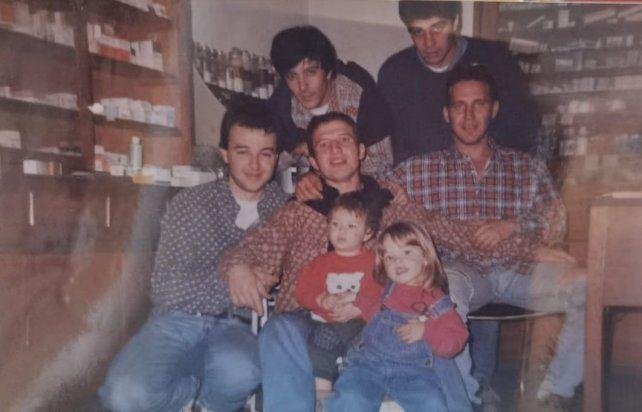 Los polipibes del secundario, lso amigos de la adolescencia de Gabriel Guelman en Rosario.