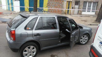 El automóvil en el que la policía halló a un hombre herido de una puñalada.