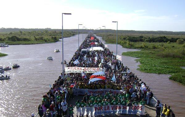 Las manifestaciones en el puente General San Martín contra las papeleras generaron multitudinarias manifestaciones.