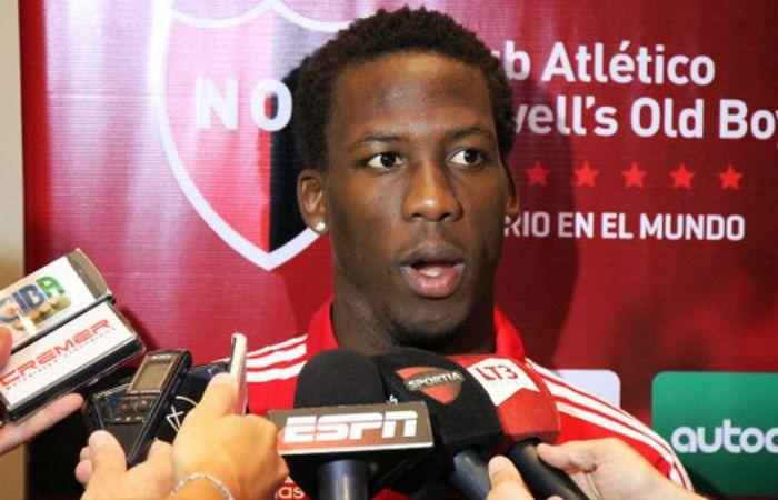 Luis Advíncula cumplió hoy su primera práctica en Newells y luego habló con la prensa. (Foto: Twitter CANOB)