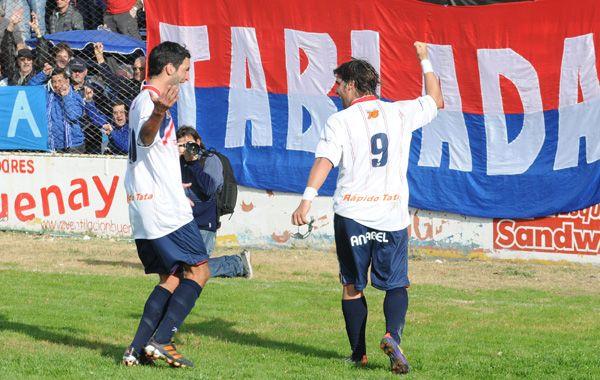 La figura y el goleador. Nicolás De Bruno abre los brazos para felicitar a Martín Salinas (9)