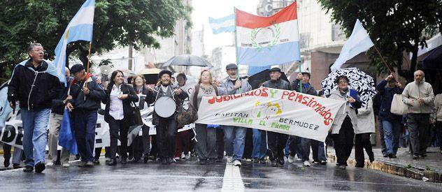 Los pasivos de Bermúdez marcharon por las calles de Rosario en reclamo de los servicios que les cortaron hace más de siete meses. (Foto: Matías Sarlo)