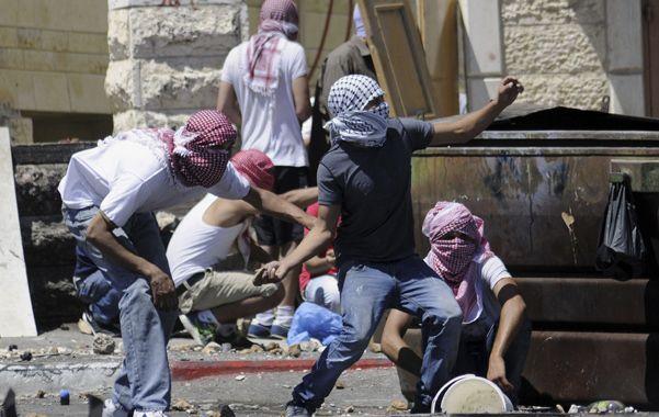 Indignados. Palestinos se enfrentan con la policía en Jerusalén el jueves