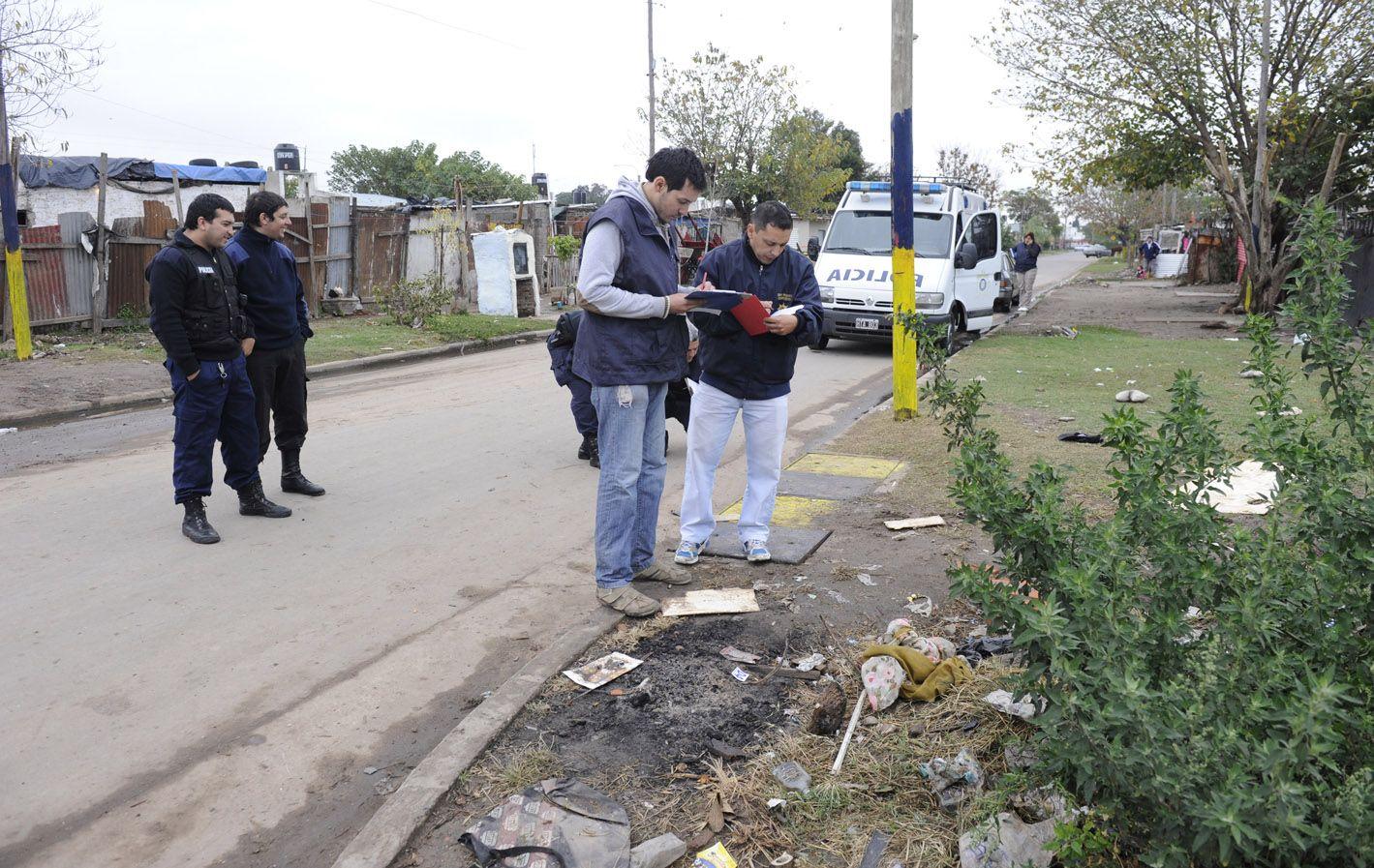 El 18 de mayo la policía levantó rastros en la esquina de Rodríguez y Garibaldi donde asesinaron a Raúl Navarro.