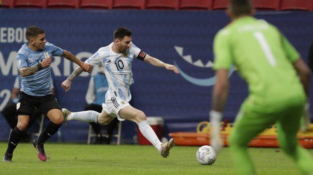 Messi escapa al uruguayo Lucas Torreira durante el partido de la Copa América en el Estadio Nacional de Brasilia Brasil, el viernes 18 de junio de 2021. AP Photo / Eraldo Peres