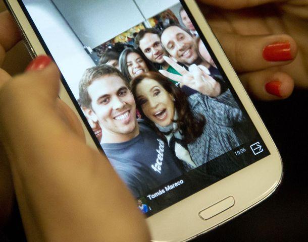 La presidenta posó con los empleados de la empresa Facebook en Argentina.