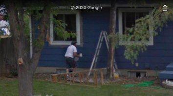 La foto que Google Maps muestra del hombre pintando su casa.