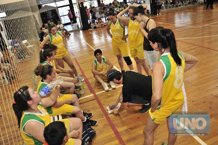 Minuto. Las chicas de Parque Berduc escuchan atentamente las indicaciones de su entrenador en uno de los cotejos disputados ayer.   Foto UNO/Juan Manuel Hernández