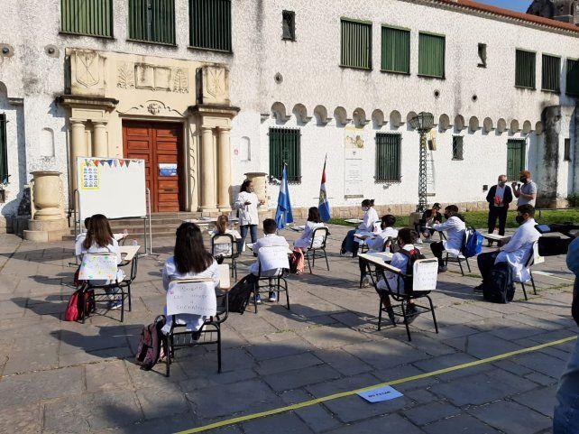 El político reclamó por las clases presenciales con un acto en la puerta de la Escuela Normal.