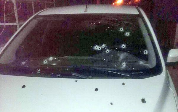Perforado. Así quedó el Ford Fiesta en el que iba la víctima del ataque.