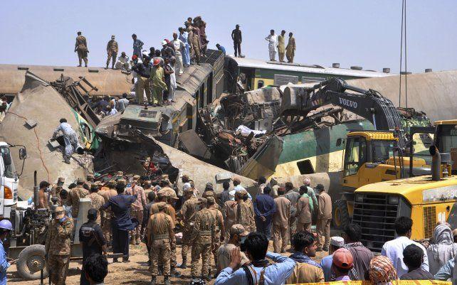 Soldados y voluntarios trabajan en el lugar de una colisión de trenes en el distrito de Ghotki en el sur de Pakistán. Dos trenes expresos chocaron en el sur de Pakistán