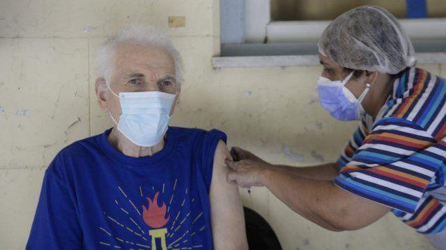 Trabajadores de salud organizan el operativo de vacunación en un geriátrico de Rosario.