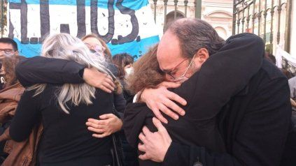 Familiares de víctimas y militantes estuvieron presentes en las afueras de los Tribunales Federales de Rosario.