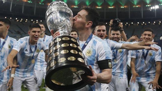 El beso de Leo. Messi disfruta de la obtención de la Copa América en el Maracaná. El jueves jugará en el Monumental.