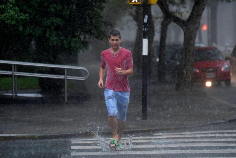 La lluvia comenzó en la tarde del domingo y continuará durante la jornada de hoy.