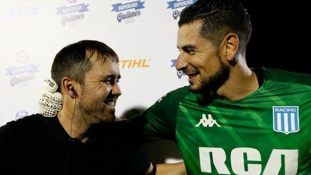 En el festejo. Coudet y el arquero Arias tras lograr la Superliga. Hoy deben revertir el 0-2.