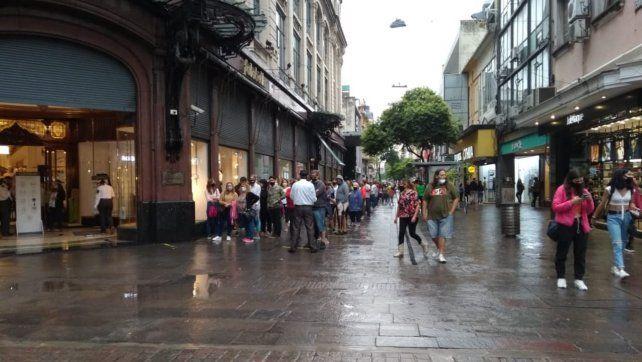Ni la lluvia torrencial pudo frenar el furor de la liquidación por cierre de Falabella