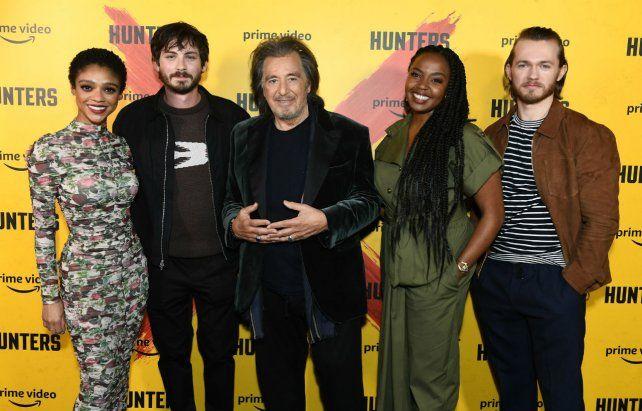 """Alfombra roja. El elenco de """"Hunters"""" en la presentación de la serie."""