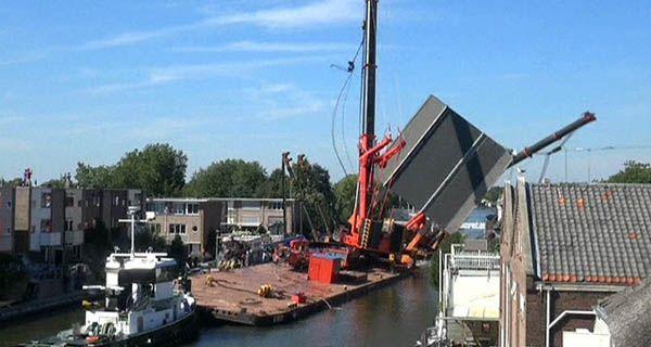 Cayeron dos grúas sobre construcciones en Holanda