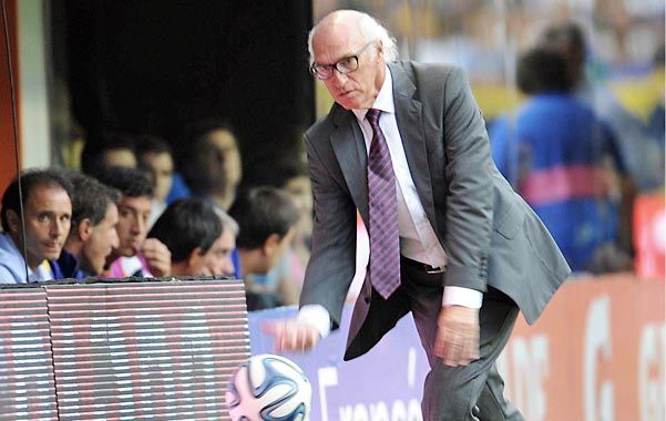 "Musas a mí. Bianchi parece decirle ""vení"" a la pelota durante un partido."