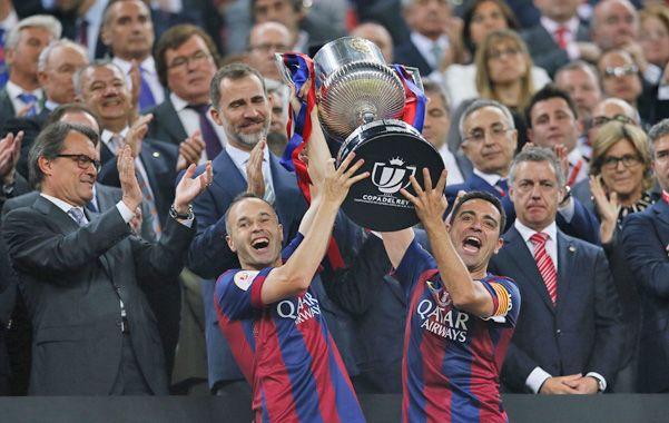 Dos emblemas. Iniesta y Xavi celebran junto a sus hinchas.